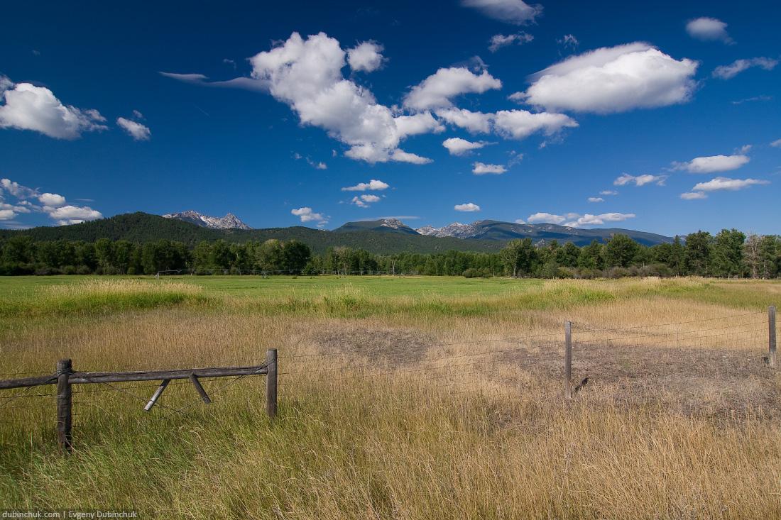 Rocky Mountains valley in Montana. Долина в Скалистых горах в штате Монтана. Путешествие на велосипеде в одиночку по США