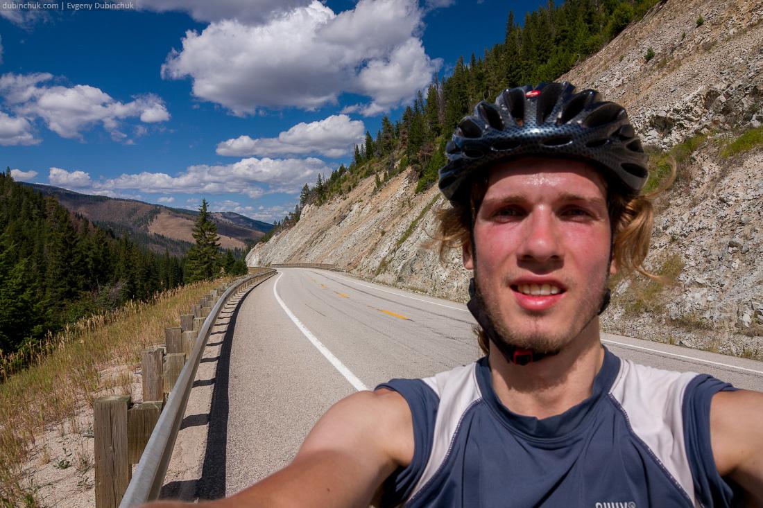 Подъем на перевал. Путешествие на велосипеде в одиночку по США. On the way to pass. Travelling alone on bike in Rocky mountains.