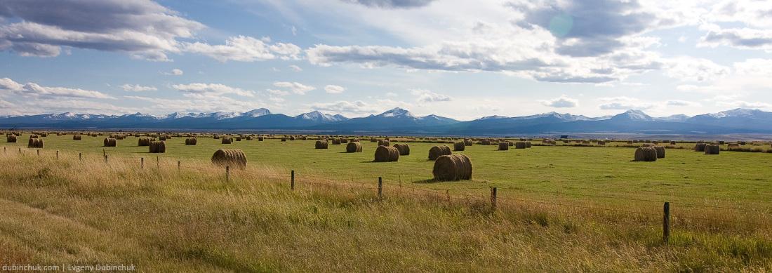 Стога сена в горной долине Скалистых гор. Haystacks in Rocky Mountains in Montana, USA