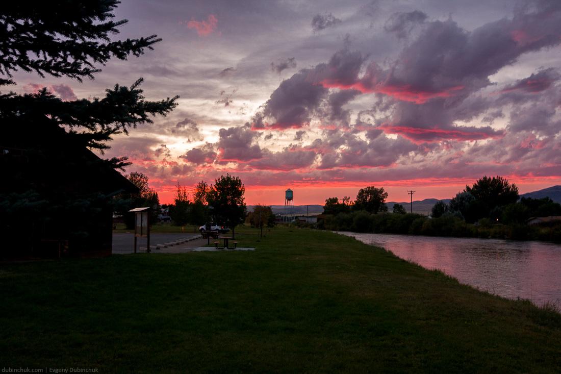 Путешествие на велосипеде в одиночку по США. Багровый закат. Cycling tour in USA. Red sunset.