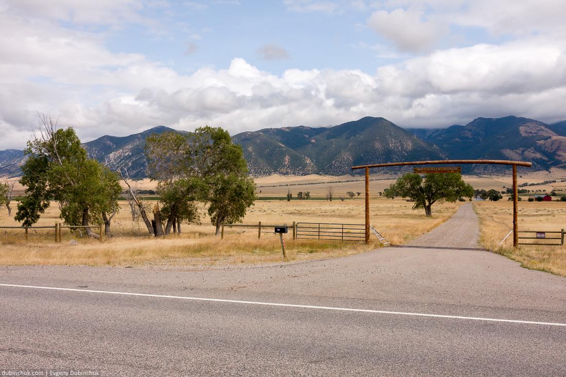 Въезд на ранчо. Одиночный поход на велосипеде по США. Gate and fence in Rocky mountains