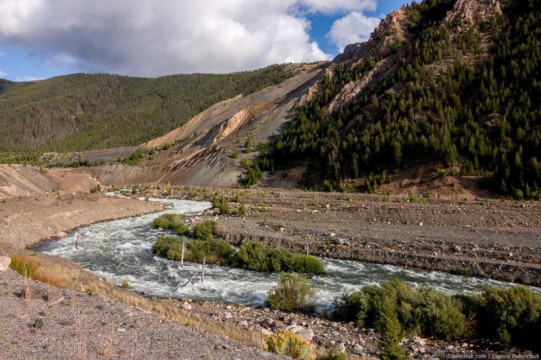 Горная река в Монтане. Одиночный велопоход по Скалистым горам в США. Mountain river in Montana. Cycling solo trip in USA