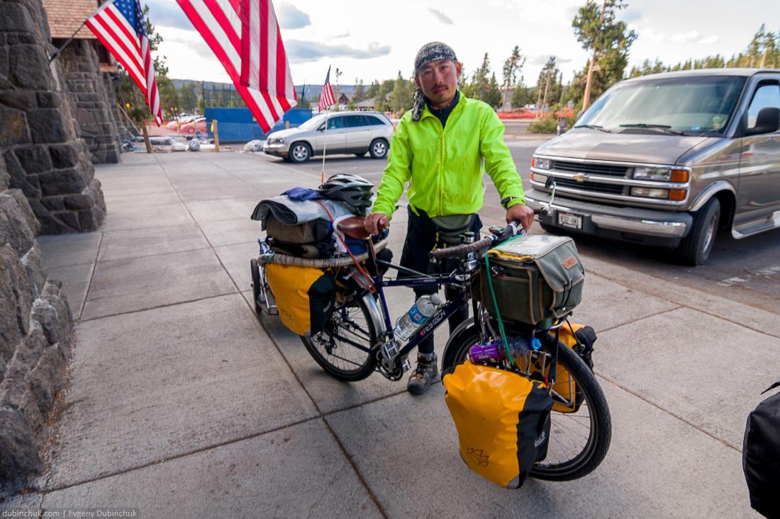 Путешественник одиночка из Японии, Национальный парк Йеллоустоун, США. Japan single cyclist travelling in North America