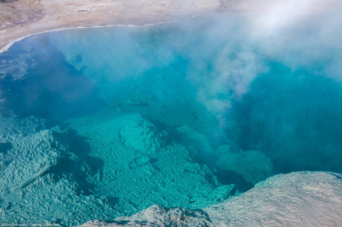Горячий гейзер в Национальном парке Йеллоустоун. Одиночное путешествие на велосипеде по США. Hot pool in Yellowstone National Park, Wyoming, USA