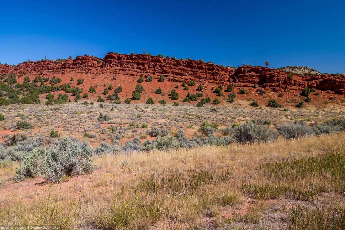 Красные глиняные скалы в штате Вайоминг. Путешествие на велосипеде в одиночку по США. Red rocks in Wyoming, USA