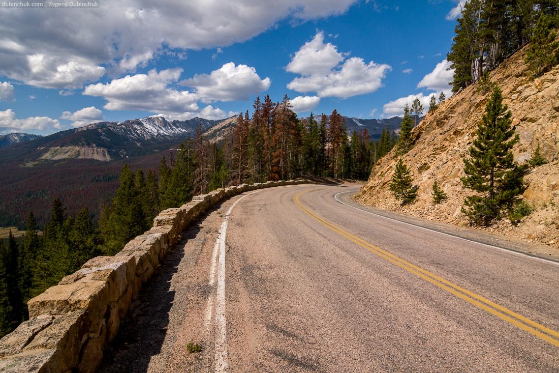 Дорога в Национальном парке Роки-Маунтин. Путешествие на велосипеде в одиночку по США. Smooth road in Rocky Mountain National Park, USA. Solo cycling tour