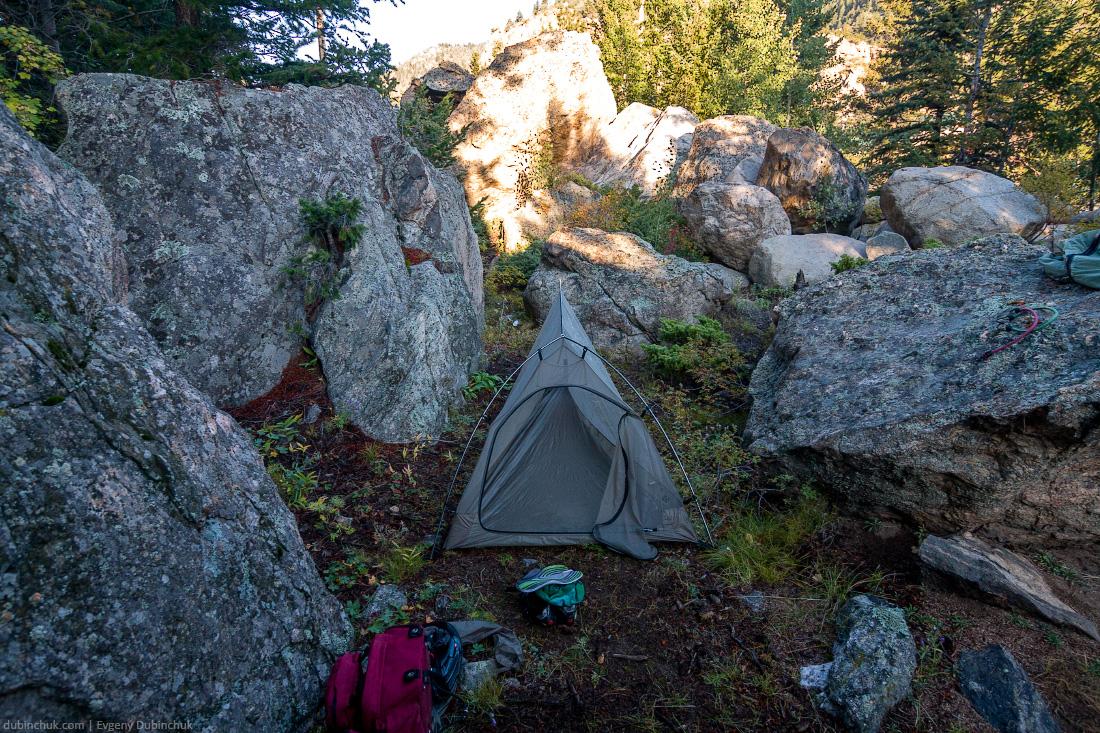Одиночный поход на велосипеде по США. Палатка в горах. Утренние сборы. Tent in mountains.