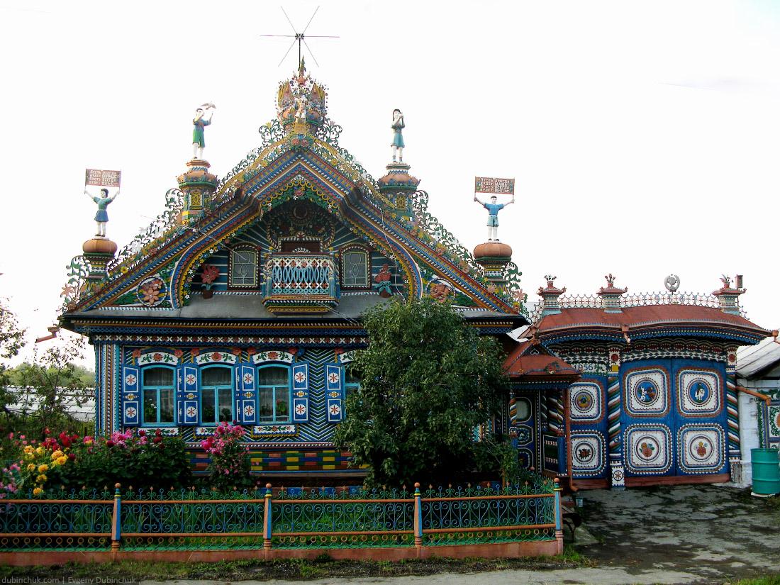 Дом, сделанный рукой настоящего уральского мастера. Carved house in small russian village