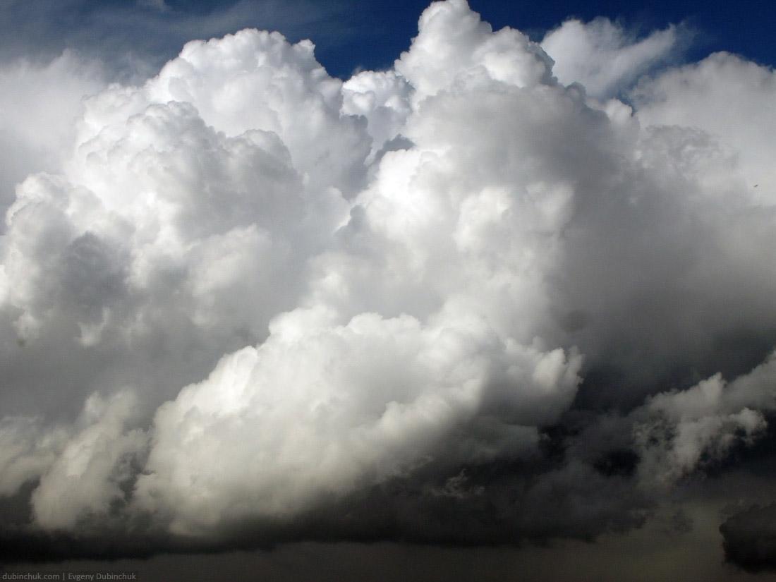 Дождевые облака. Одиночное велопутешествие по Уралу. White cumulus clouds in the blue sky