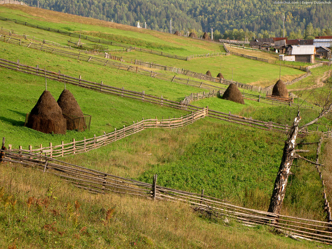 Уральские пейзажи. Одиночный велопоход по Уралу. Rural landscape. Tapered haystacks on green grass ground
