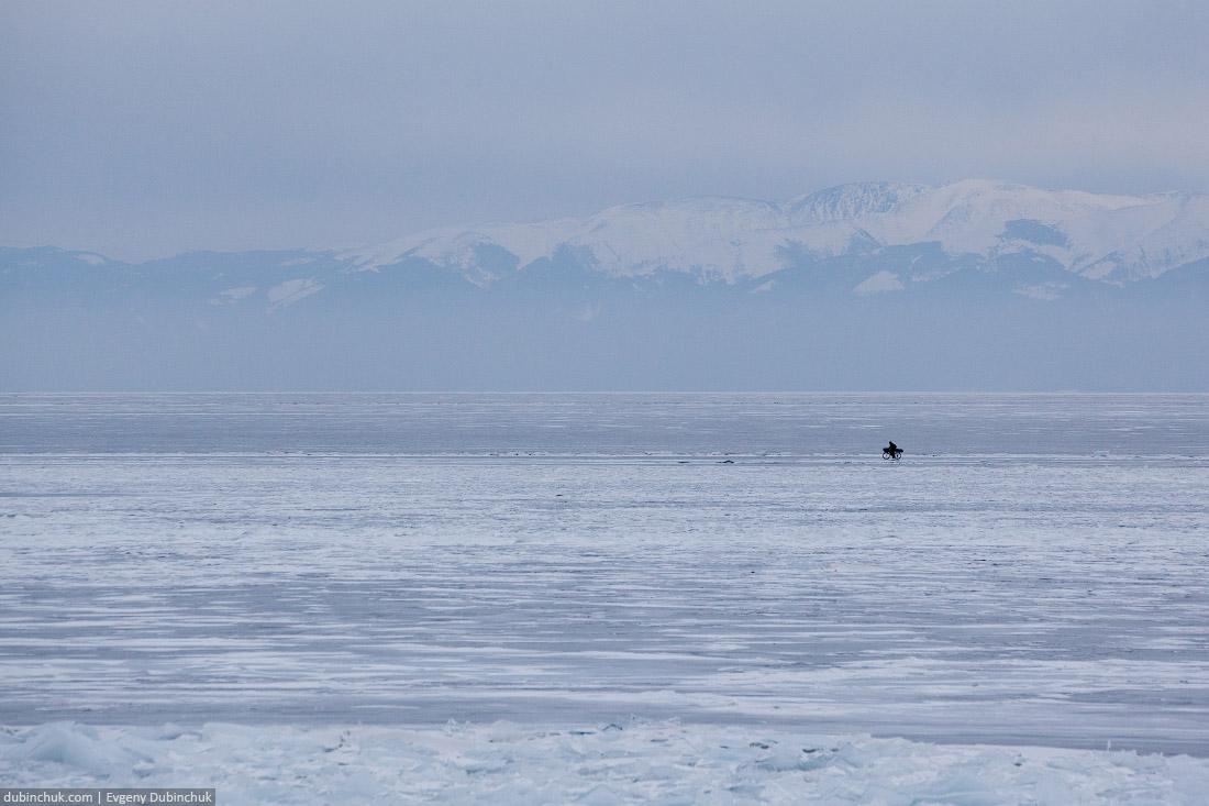 Путешественник одиночка на велосипеде. Зимний Байкал. Single cyclist travelling on frozen Baikal lake