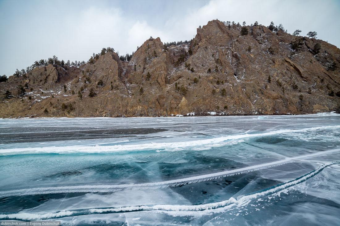 Свежая трещина во льду Байкала. Путешествие по Байкалу на коньках. Crack on Baikal ice in winter. Ice skating trip.