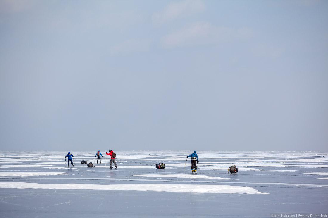 Преодоление снежных островков. Путешествие по Байкалу на коньках. Ice skating trip on Baikal lake.