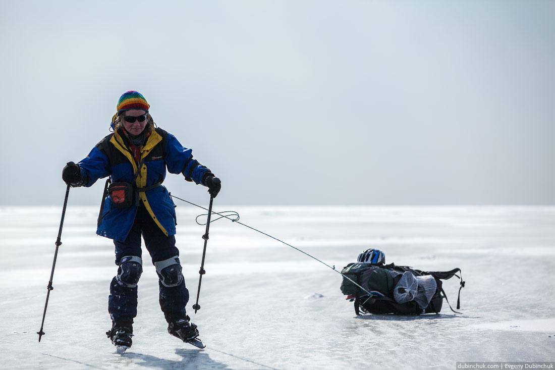 Галя и волокуши на льду Байкала. Путешествие по Байкалу на коньках. Ice skating trip on Baikal lake.