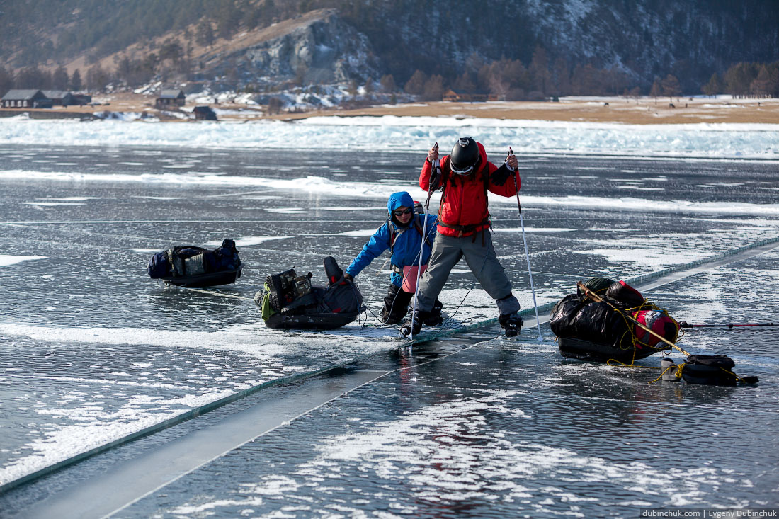 Преодолеваем свежую открытую трещину. Путешествие на Байкал на коньках. Ice skating trip on Baikal lake.