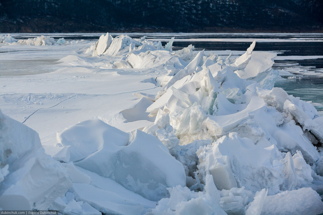 Огромная становая трещина на Байкале. Путешествие на Байкал на коньках. Large ice crack on Baikal ice. Skating tour on Baikal lake