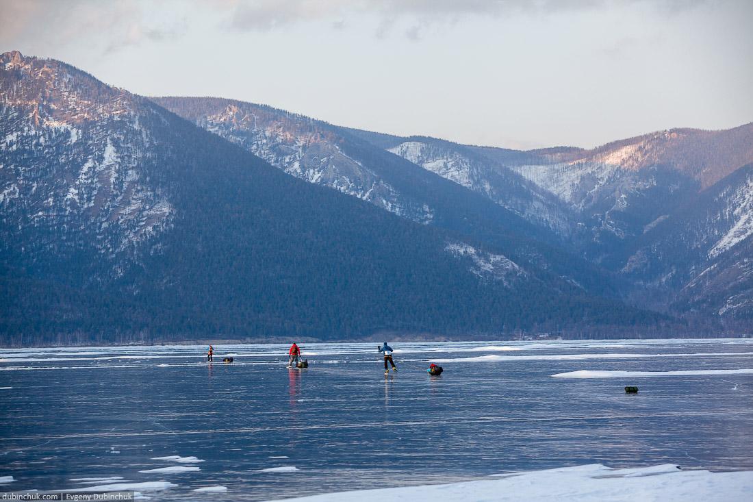Берег Байкала зимой. Путешествие на Байкал на коньках. Ice skating tour on Baikal lake in winter