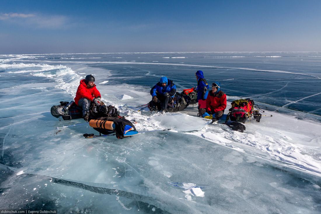 Поход по Байкалу на коньках. Перекус. Ice skating tour on Baikal lake