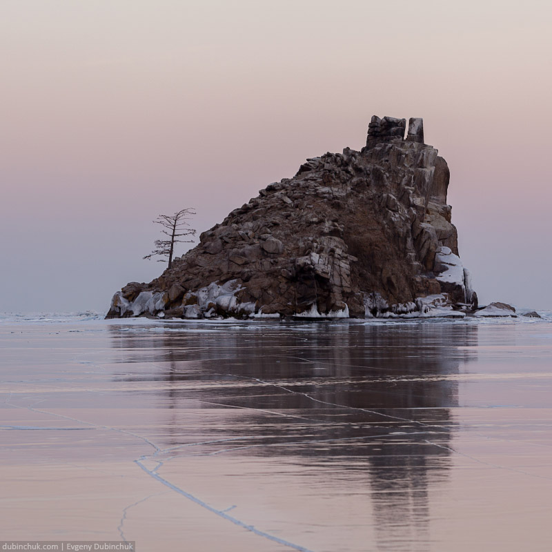 Бакланий камень на закате зимой. Путешествие по Байкалу на коньках. Island on winter Baikal at sunset