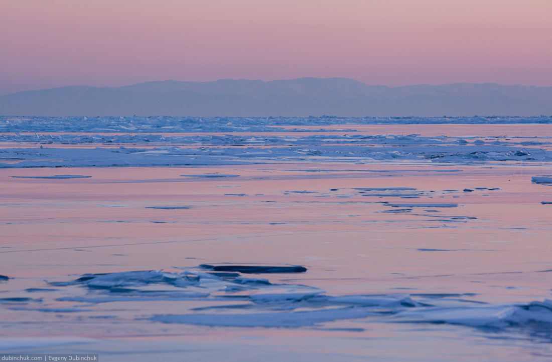 Фото льда Байкала на закате. Путешествие на Байкал на коньках. Photo of Baikal ice at sunset