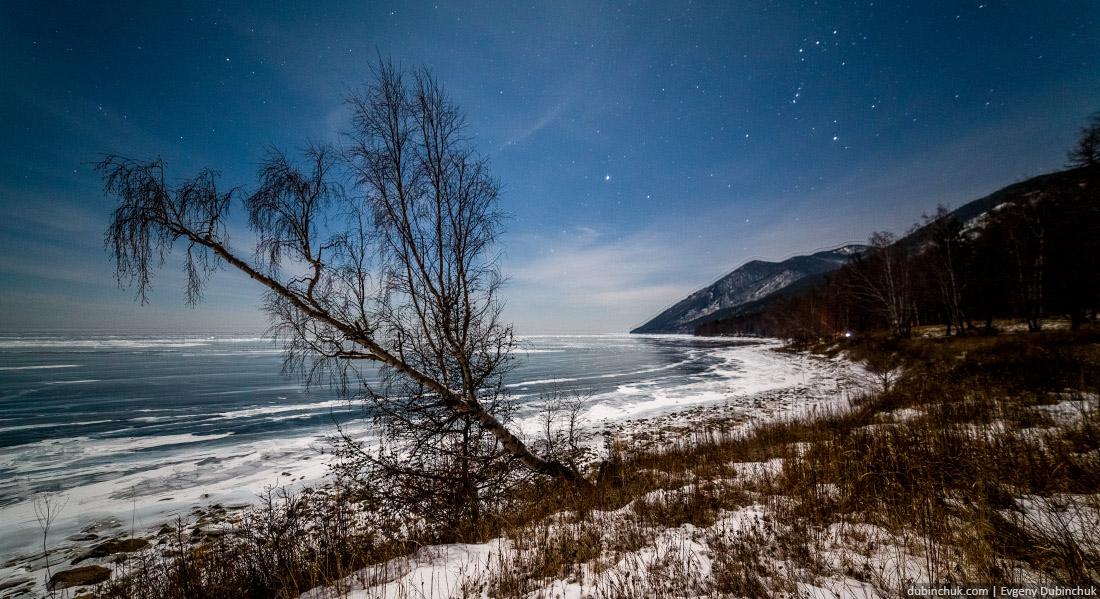 Зимний Байкал ночью. Путешествие на Байкал на коньках. Photo of Baikal lake at night in winter.