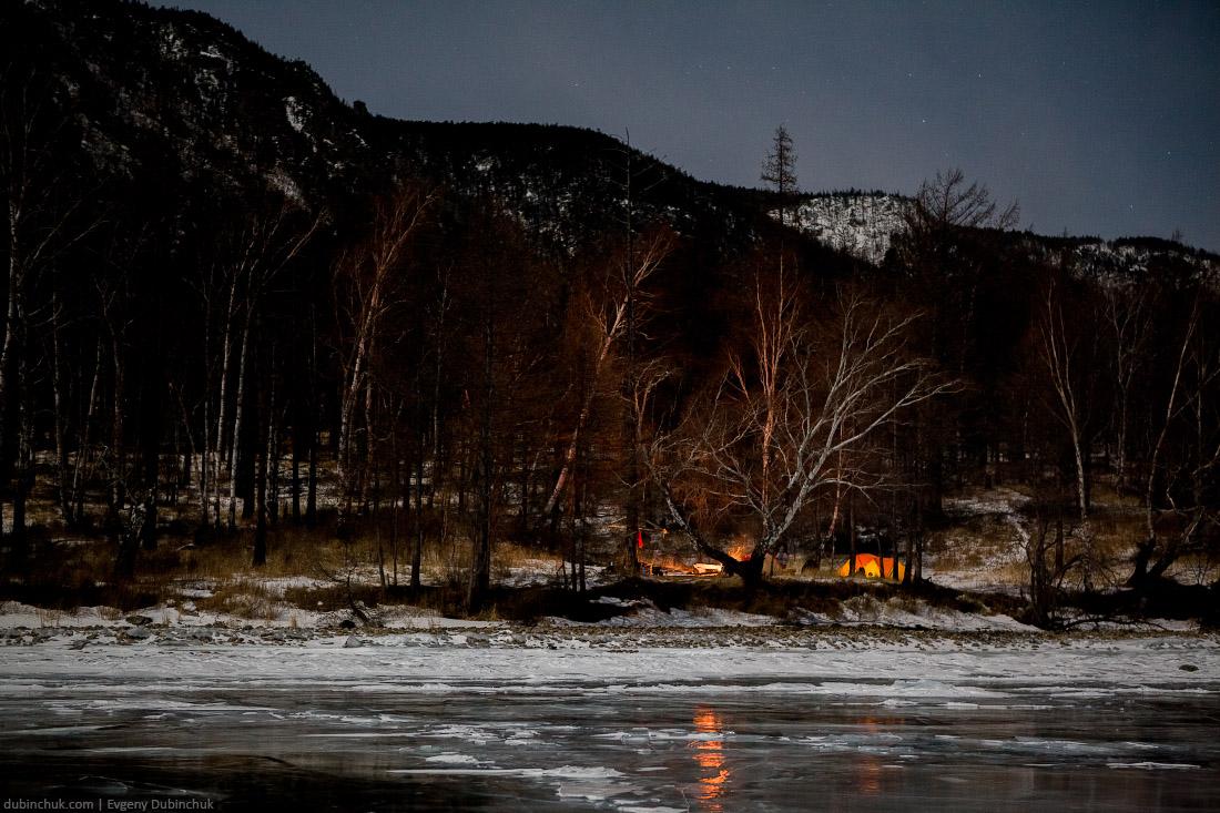 Палатка на берегу Байкала ночью. Зима. Путешествие на Байкал на коньках. Tent at Baikal lake at night in winter.