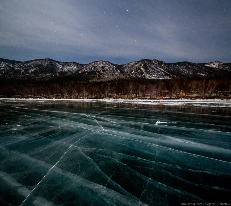 Приморский хребет Байкала. Ночь, лед, горы, зима, звездное небо... Путешествие на Байкал на коньках. Pure ice of Baikal lake at night in winter.