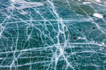 Поход по Байкалу на коньках. Вид на лед и трещины с высоты птичьего полета. Baikal lake ice skates tour. Top view
