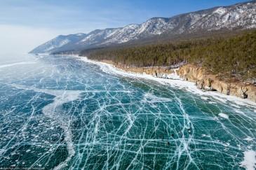 Путешествие на Байкал на коньках. Вид на лед и трещины с высоты птичьего полета. Baikal lake ice skates tour. Top view