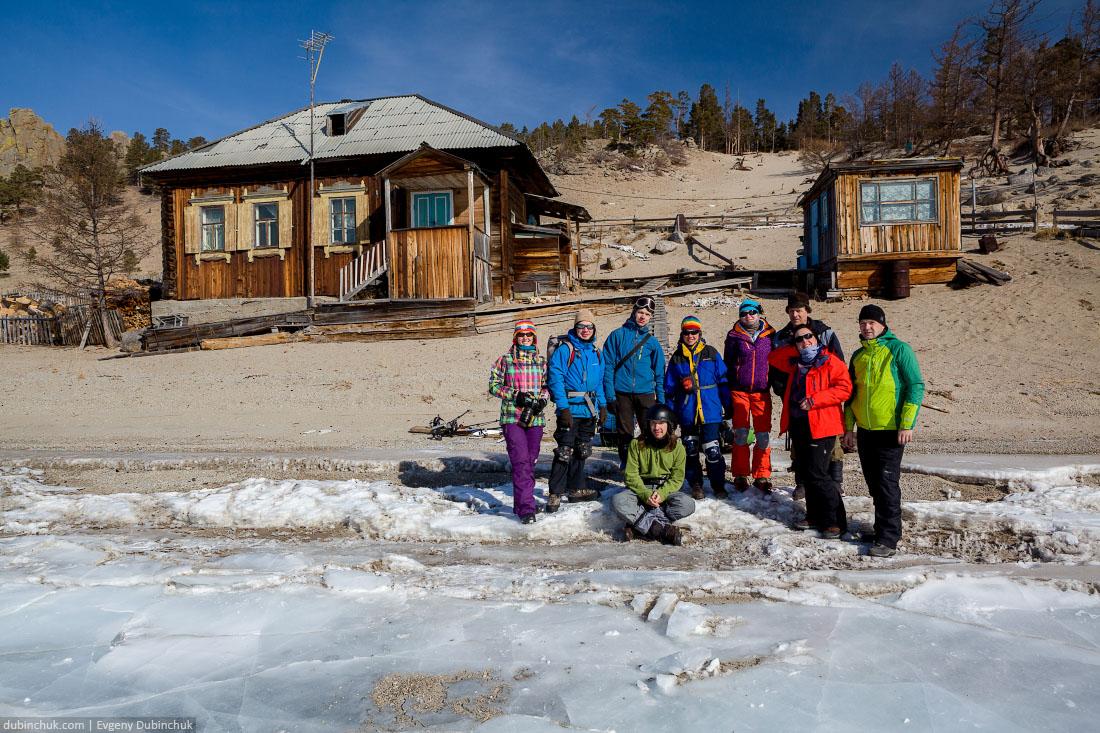 Поход по Байкалу на коньках. Две группы в бухте Песчаной