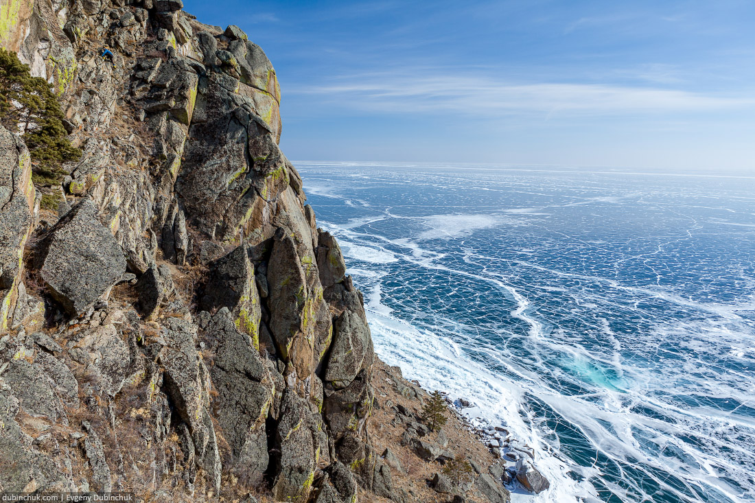 Озеро Байкал, бухта Песчаная зимой. Ледяные трещины. Вид с высоты птичьего полета - с мыса Большой Колокольный. Путешествие на Байкал на коньках. Baikal in winter. Pure ice. Top view