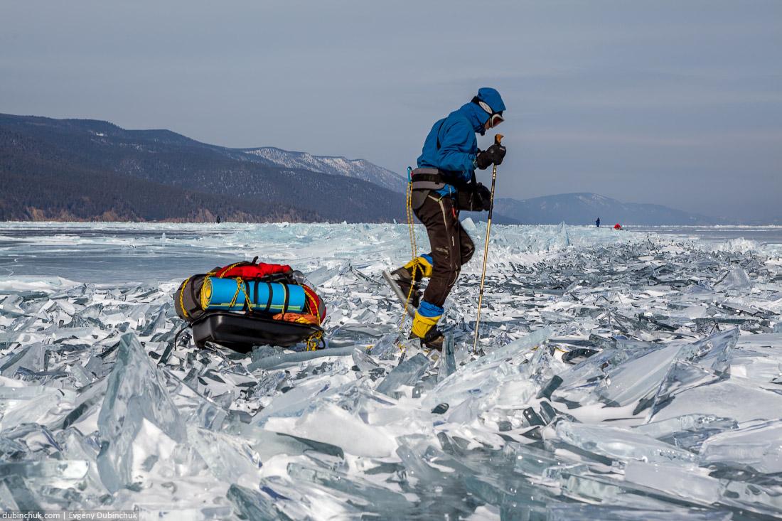 Путешествие по Байкалу на коньках. Преодоление ледяных торосов. Ice skating tour on Baikal lake. Ice hummocks