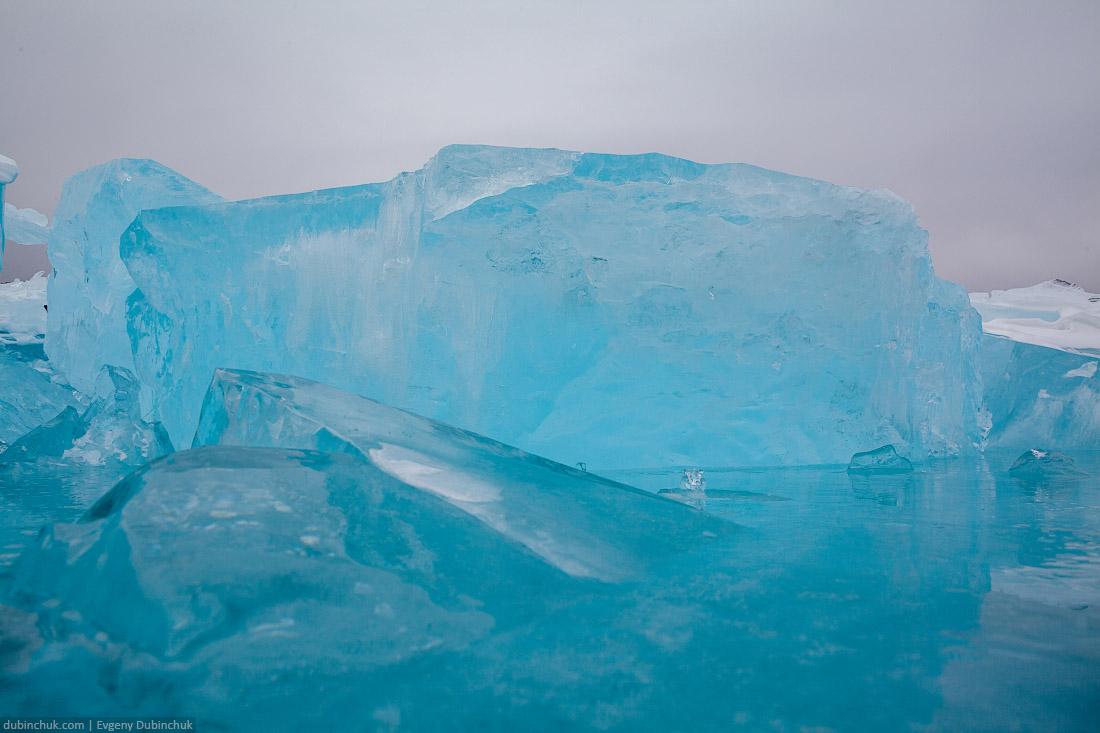 Синие ледяные торосы на Байкале. Путешествие на Байкал на коньках. Ice skating tour on Baikal lake. Ice hummocks