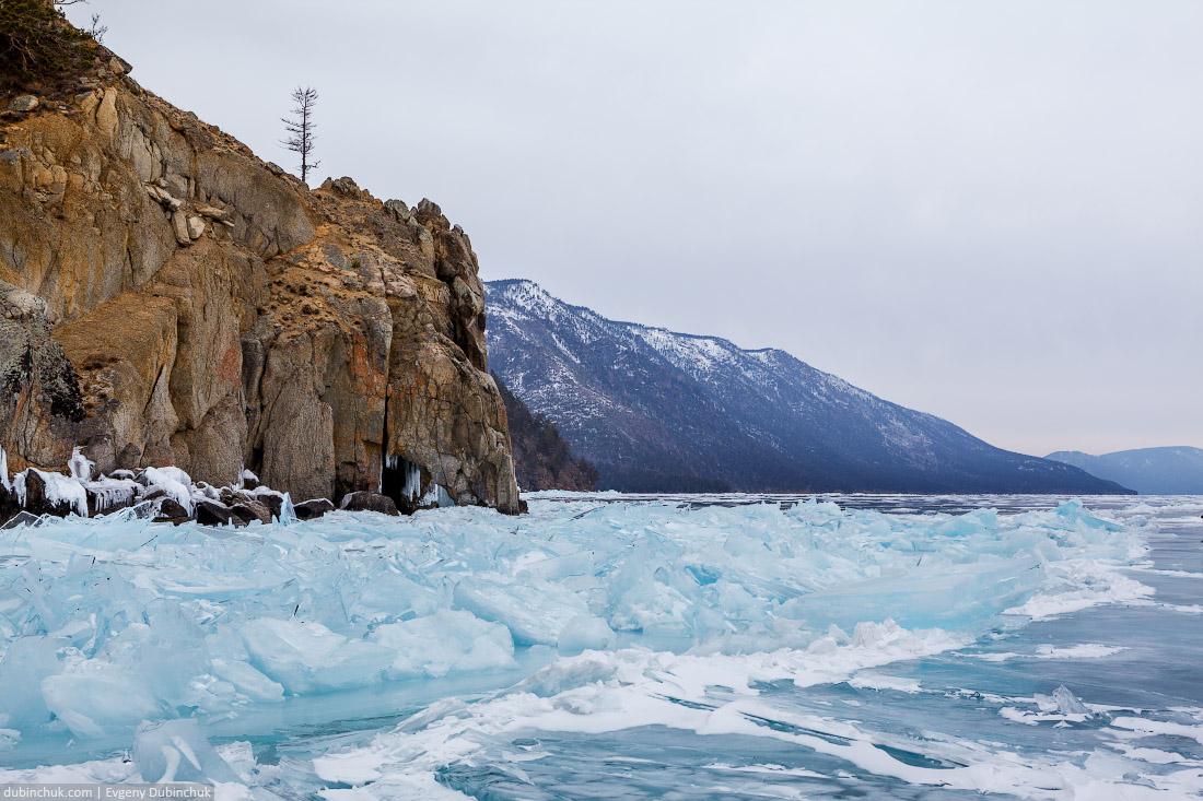 Синие ледяные торосы на Байкале. Арка на мысу Дыроватый. Путешествие на Байкал на коньках. Ice skating tour on Baikal lake. Ice hummocks