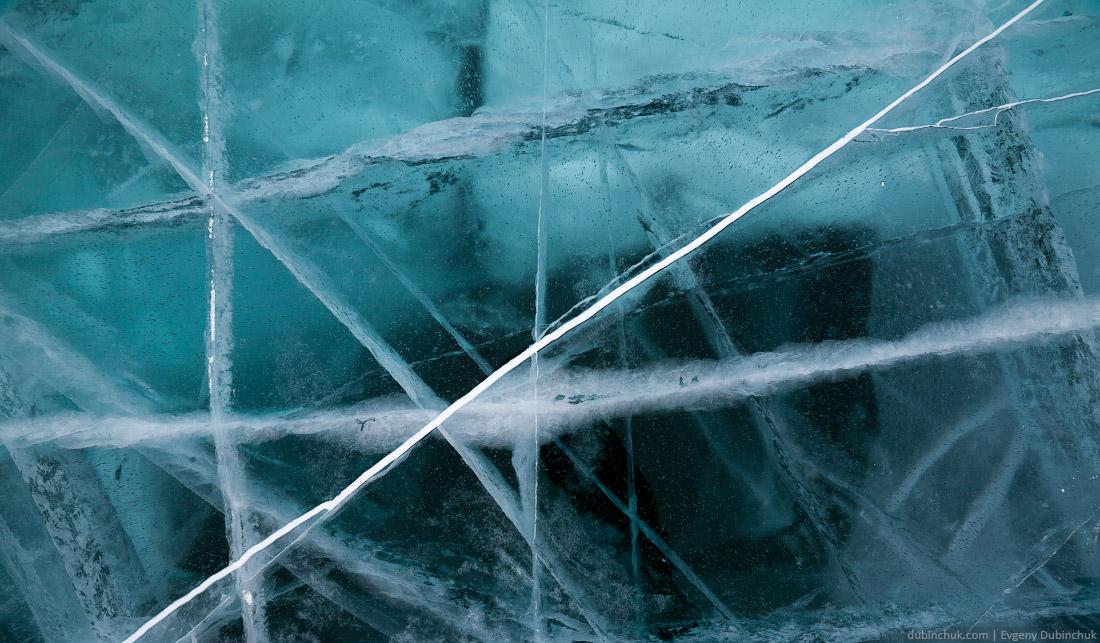 Синий лед и трещины на Байкале зимой. Blue ice and cracks on lake Baikal in winter
