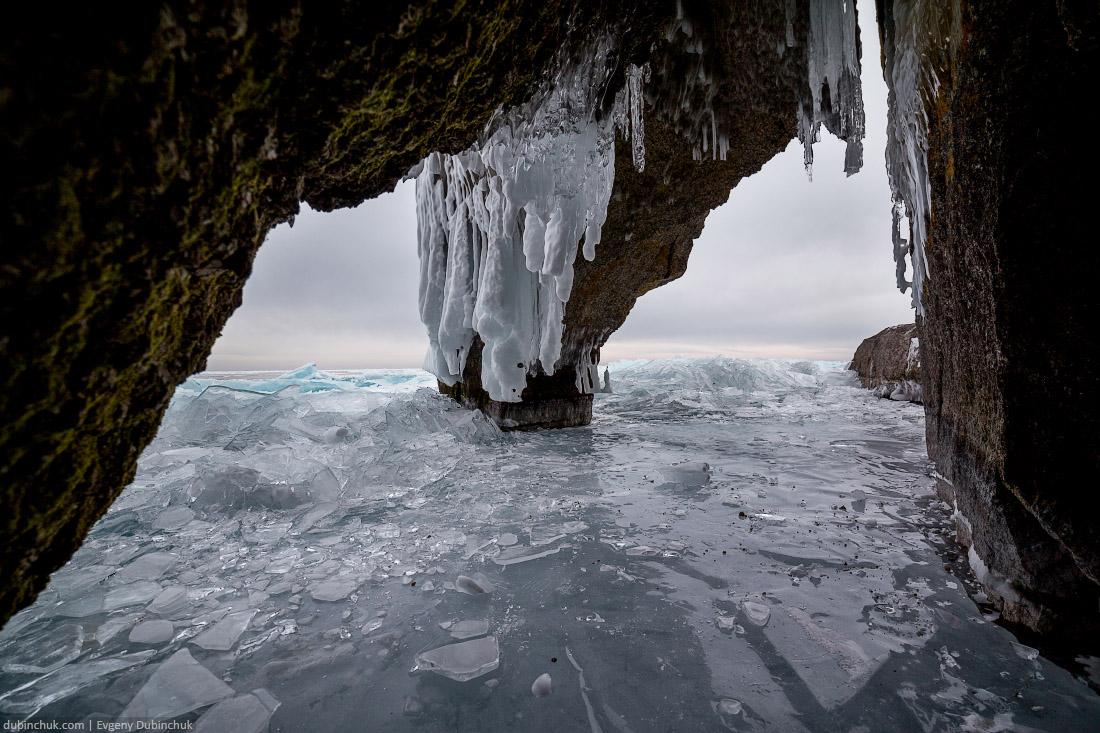 Арка на мысу Дыроватый на Байкале зимой. Путешествие на Байкал на коньках. Ice skating tour on Baikal lake. Ice hummocks
