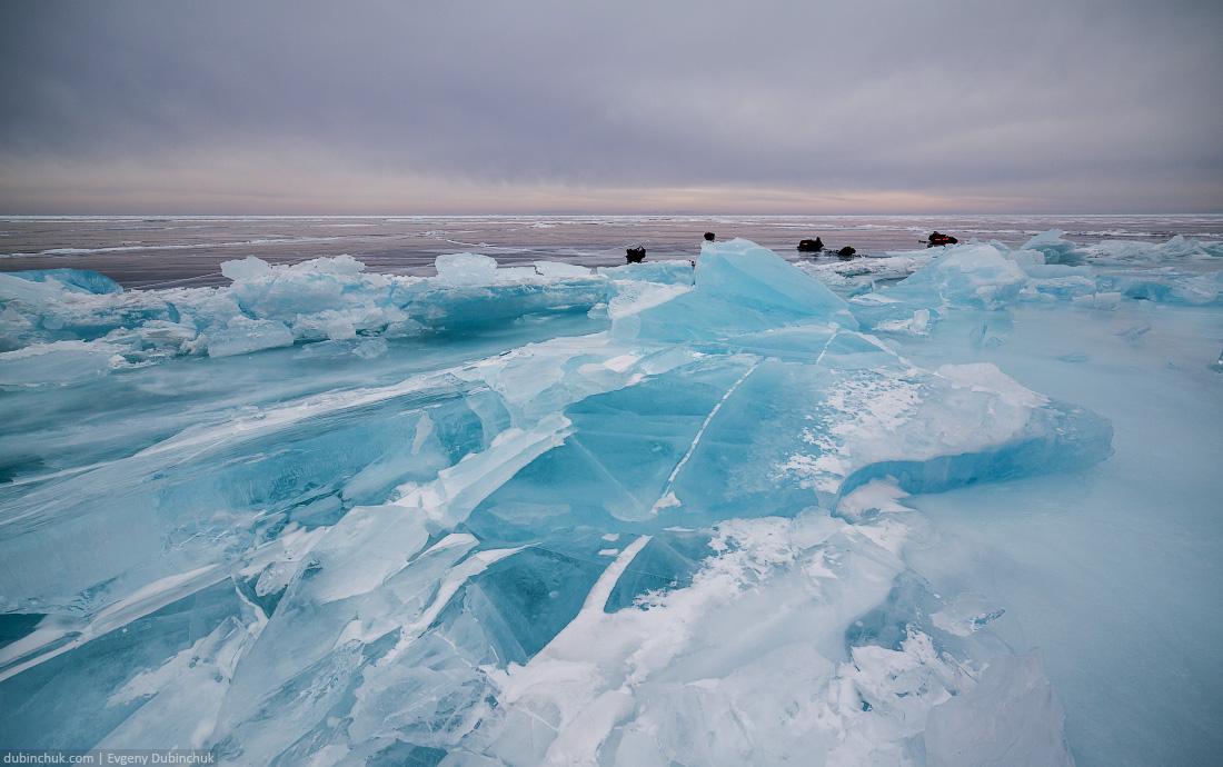 Синие ледяные торосы на Байкале. Путешествие на Байкал на коньках. Ice skating tour on Baikal lake. Blue ice hummocks