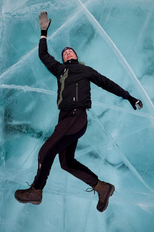 Синий чистый лед Байкала и трещины. Путешествие на Байкал на коньках. Blue ice and cracks on lake Baikal in winter. Ice skating trip