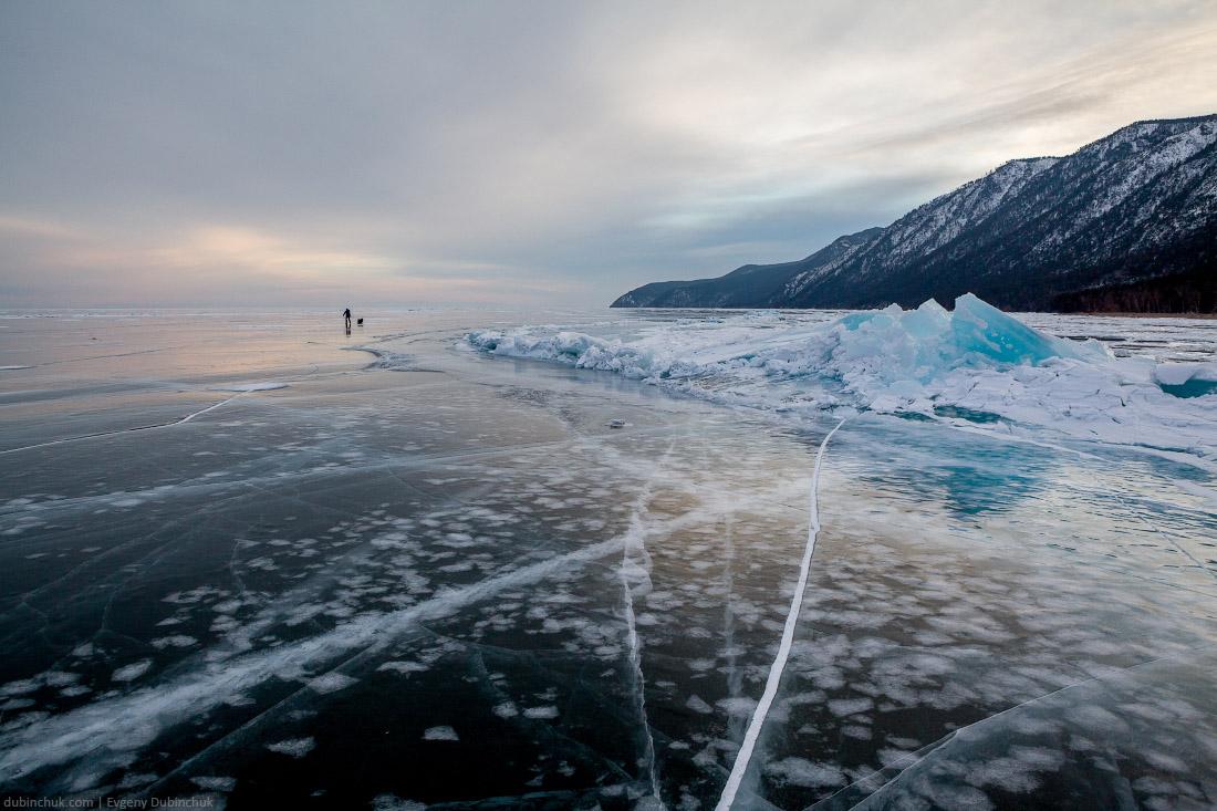 Стоящая ребром льдина. Закат. Путешествие по Байкалу на коньках зимой. Ice hummocks. Skating tour on Baikal lake
