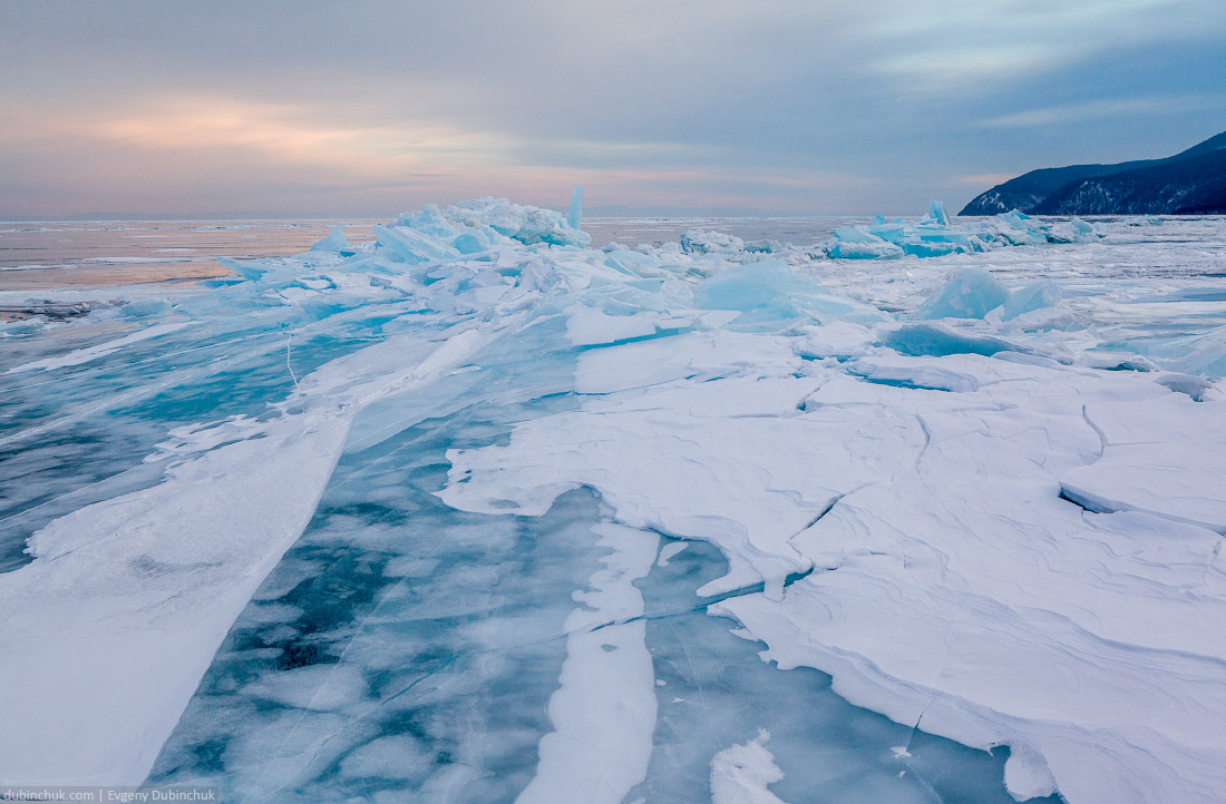 Синие ледяные торосы на Байкале на закате. Путешествие на Байкал на коньках. Ice hummocks. Ice skating tour on Baikal lake.