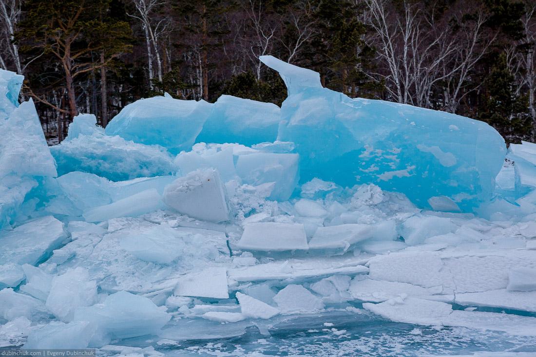 Синие ледяные торосы на Байкале. Путешествие на Байкал на коньках. Ice hummocks. Ice skating tour on Baikal lake.
