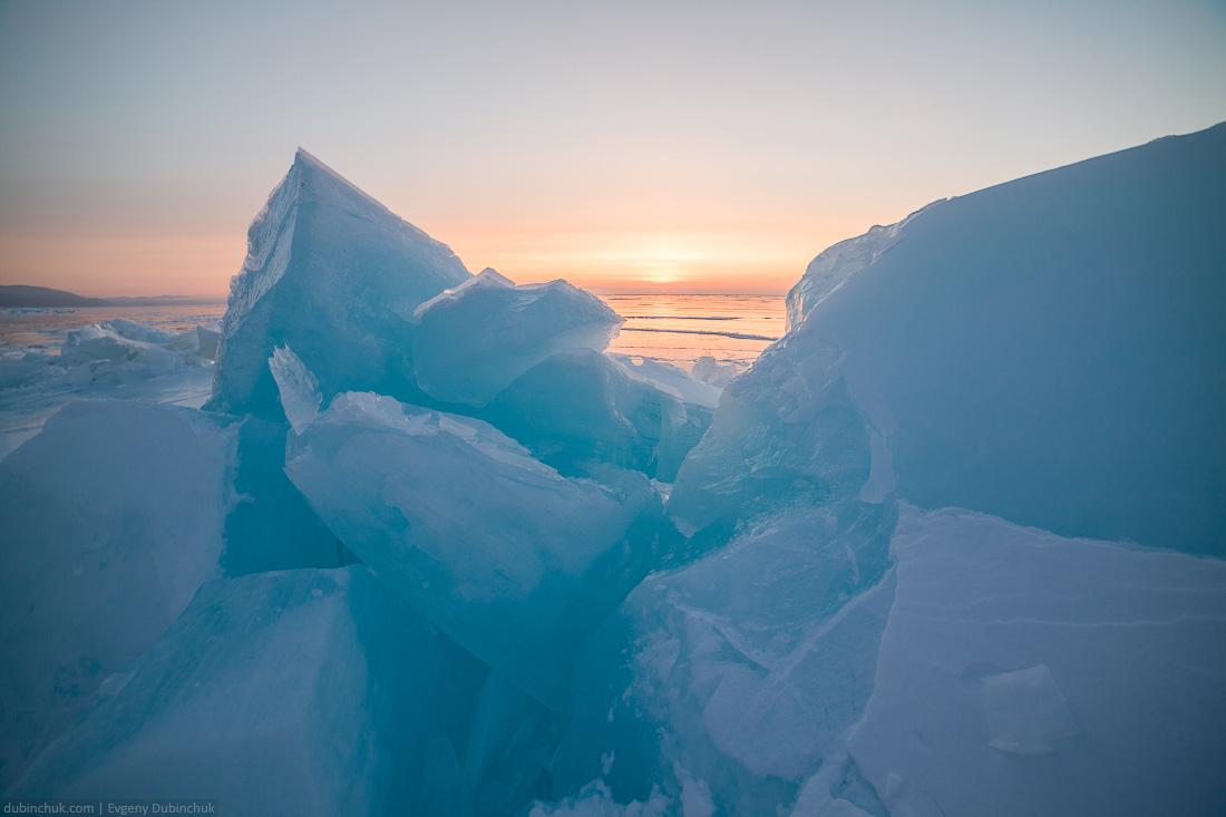 Синие ледяные торосы на Байкале на рассвете. Путешествие на Байкал на коньках. Blue ice hummocks on sunrise. Ice skating tour on Baikal lake.