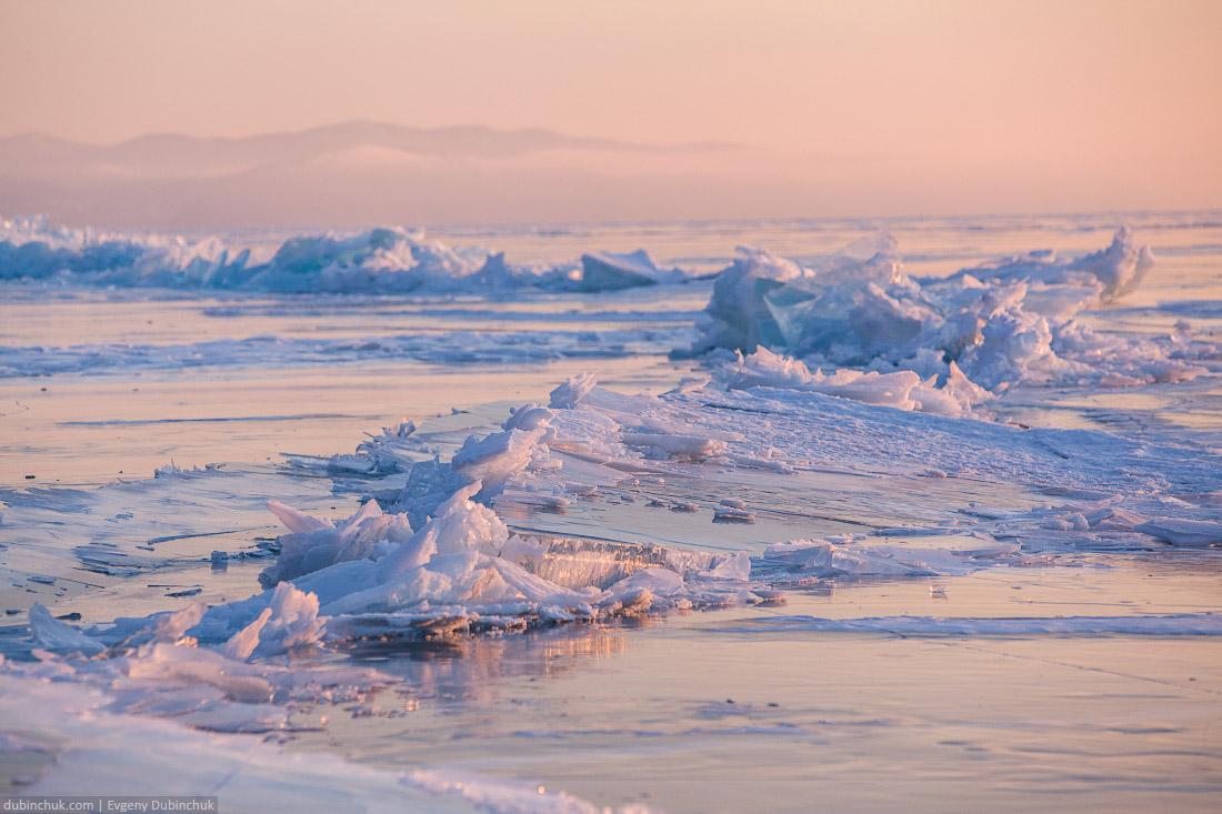 Ледяные торосы на Байкале на рассвете. Путешествие на Байкал на коньках. Ice hummocks on sunrise. Ice skating tour on Baikal lake.