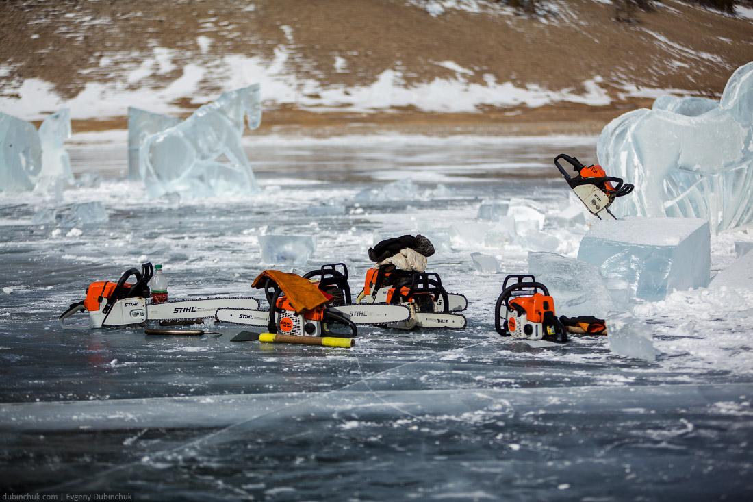Вырезание скульптур ледяных лошадей. Бугульдейка. Путешествие по Байкалу на коньках