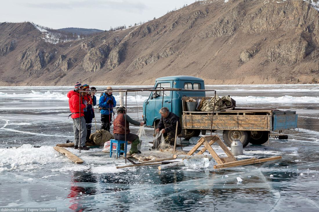 Рыбаки на льду Байкала рядом с Бугульдейкой. Поход по Байкалу на коньках. Fishermen on Baikal ice in winter