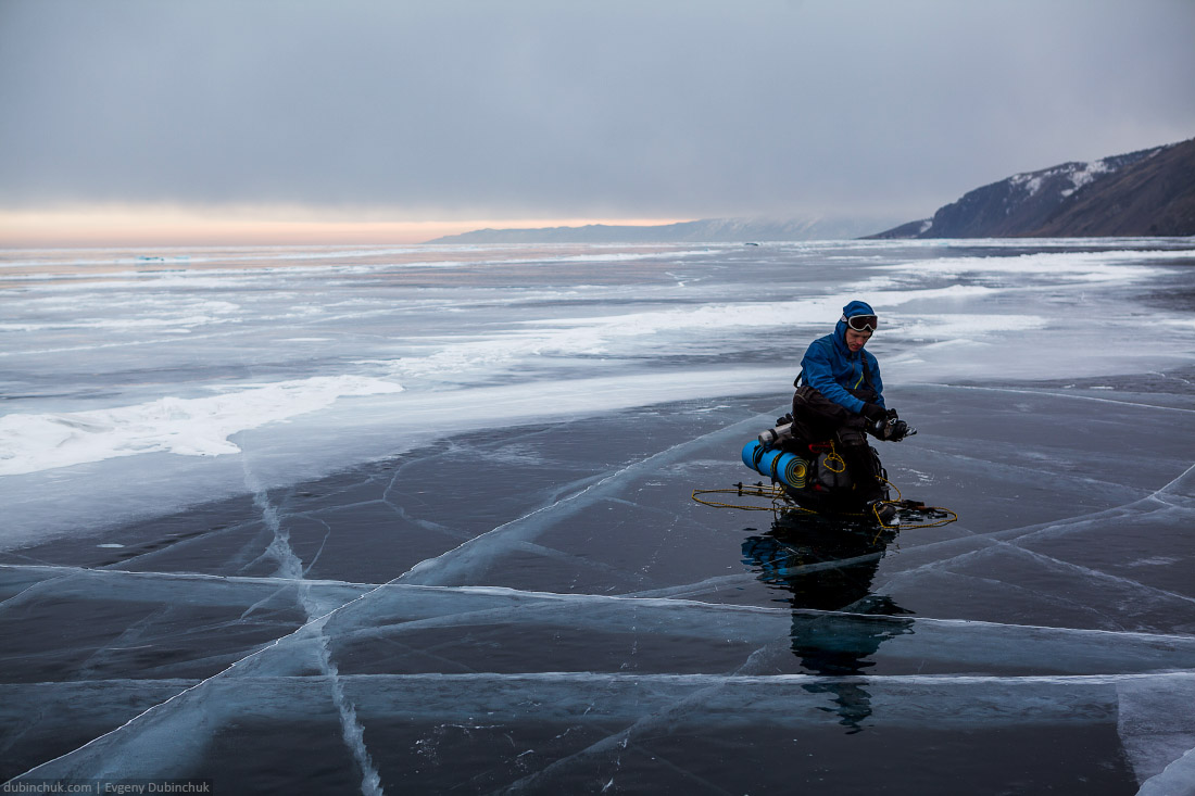 Свинцовые тучи над чистым льдом Байкала. Путешествие на Байкал на коньках. Baikal lake transparent ice. Skating trip on Baikal