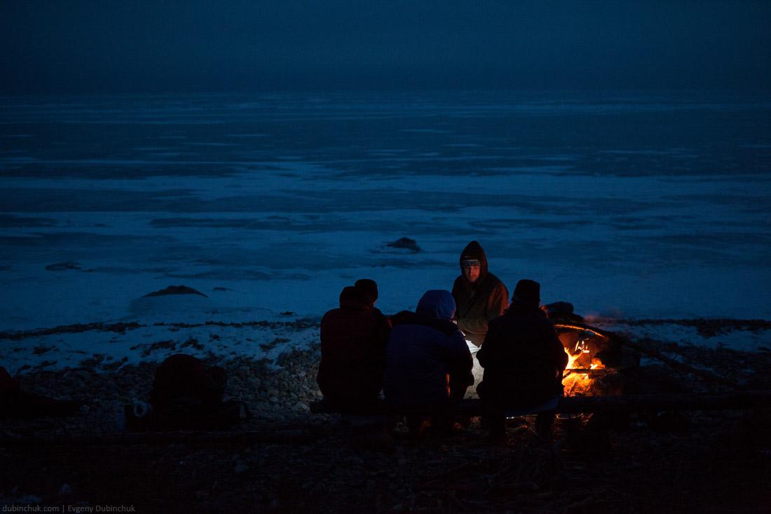 Вечерние разговоры у костра. Путешествие по Байкалу на коньках. Campfire at night