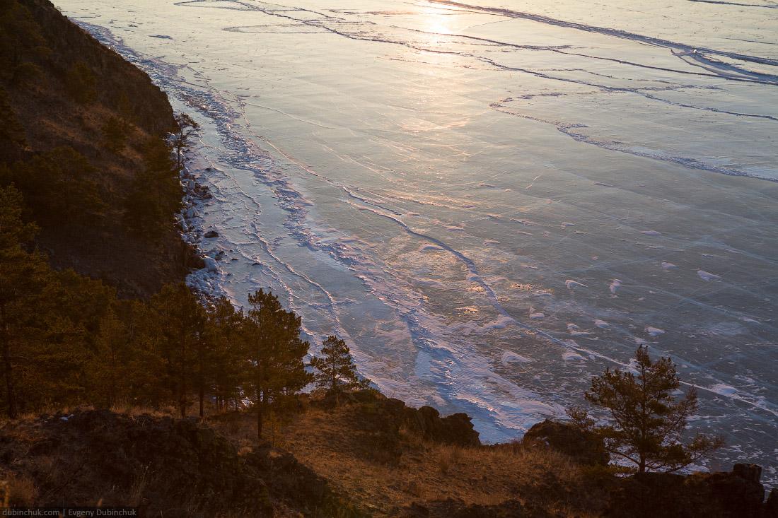 Зимний Байкал - фото льда на рассвете. Вид сверху. Путешествие по Байкалу на коньках. Winter Baikal - photo of ice at sunrise. Top view. Ice skating tour
