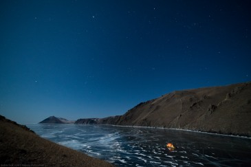Палатка на льду Байкала ночью. Путешествие на Байкал на коньках. Tent on Baikal ice at night