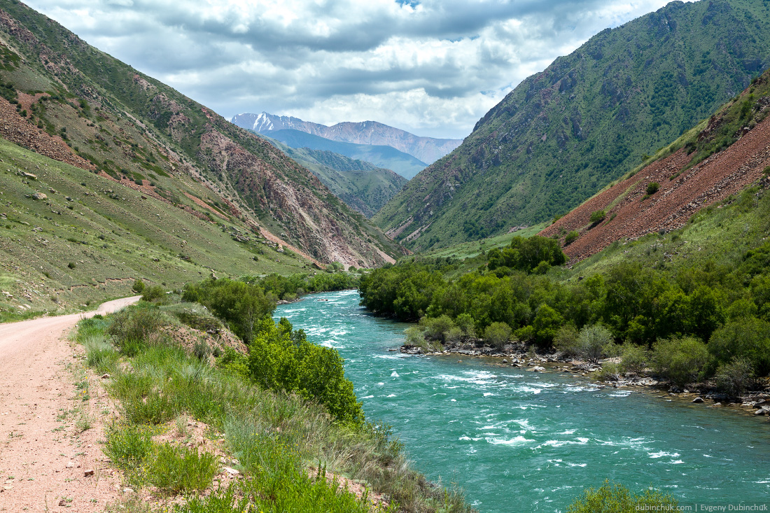 Turquoise river Kekemeren in Tien Shan, Kyrgyzstan